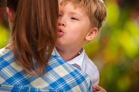 Dziecko mówi o sobie w trzeciej osobie – czy to normalne?