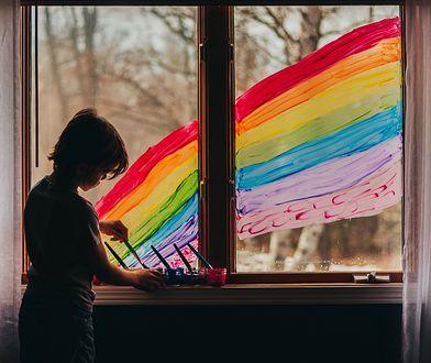 Mama-seksuolog tłumaczy dzieciom, kim są osoby LGBT, fotografia ilustracyjna