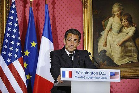 Sarkozy apeluje o silnego dolara