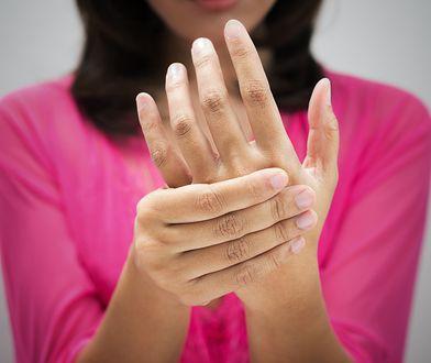 Ćwiczenia na palce wzmacniają mięśnie, co wpływa na lepszą wydajność pracy rąk.
