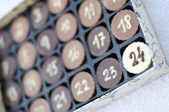 Od 1 do 24 grudnia każdego dnia będziemy otwierać jedno okienko lub wybierać jedną czekoladkę z przegródki