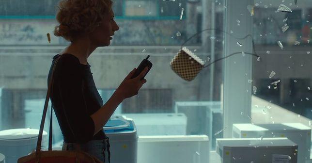 """""""Kamera skierowana jest nieustannie na grającą żonę dziennikarza Magdalenę Popławską, a film staje się popisem jej aktorskiego kunsztu"""""""