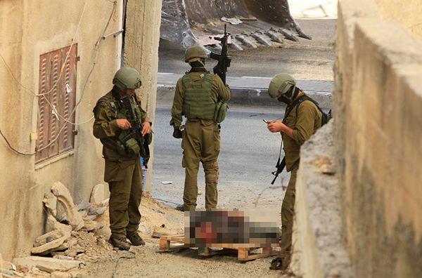 Żołnierze izraelscy obok ciała Palestyńczyka podejrzanego o zabójstwo