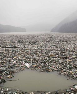 Bałkany. Malownicze jezioro Potpecko tonie w śmieciach. Zdjęcia mówią same za siebie