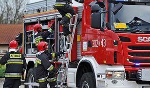 Strażacy pracują nad ściągnięciem ciała z dźwigu