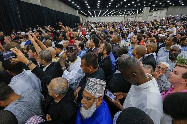 Tłumy na muzułmanskiej ceremonii ku czci Muhammada Alego