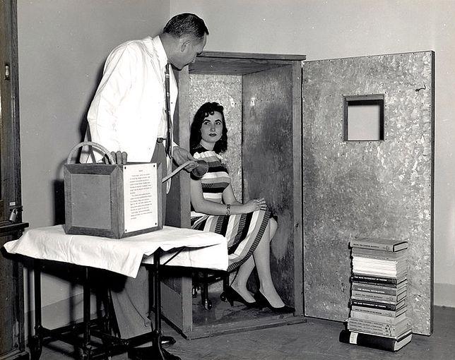 Kobieta w orgazmotronie zaprojektowanym przez Wilhelma Reicha do strumieniowania rozproszonej w powietrzu energii libidinalnej.