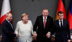 Prezydent śmieje się z Merkel i Macrona. Powinien raczej płakać