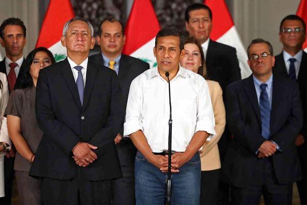Prezydent Peru w otoczeniu ministrów nowo utworzonego rządu
