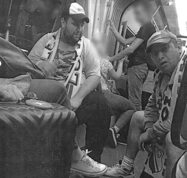 """Krzyczeli w tramwaju: """"Te, ciapaty!"""". Policja publikuje ich wizerunek i prosi o pomoc"""