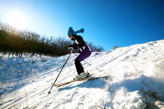 Strój narciarski jest niezbędny do udanego wypadu na stok.