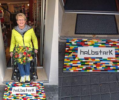 Poruszająca się na wózku Rita Ebel konstruuje podjazdy z klocków Lego
