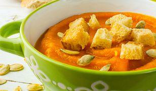 Kremowa zupa dyniowa z grzankami. Pysznie smakuje i syci na długo