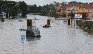 Zalana ulica w Baton Rouge, 15 sierpnia. Zdjęcie niskiej jakości udostępnione przez lokalne władze
