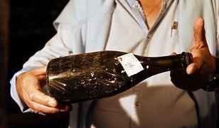 Butelka 200-letniego wina prezentowana przed aukcją we Francji