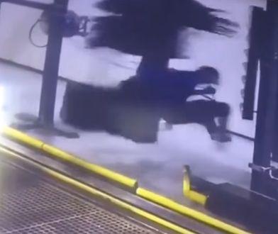 Mężczyzna kręcący się na szczotce od myjni