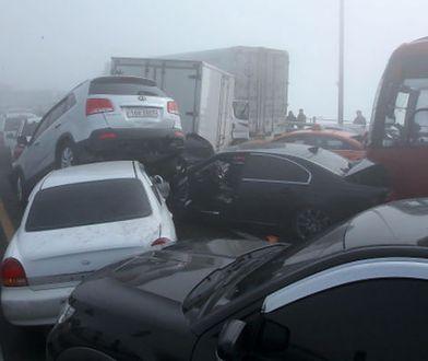 W Korei Południowej zderzyło się około 100 samochodów. Są zabici i ranni