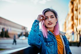 Farba do włosów – jaki odcień wybrać? Jak farbować włosy w domu?
