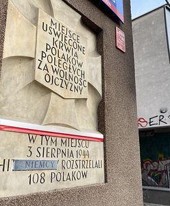 Warszawa. Dewastacja pamiątkowych tablic. Ktoś zakleja jedno słowo