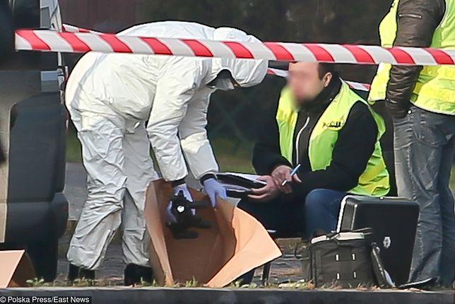 Policyjny technik zabezpiecza broń 42-latka.