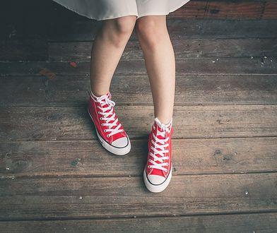 Jak nosić wysokie trampki i z czym je zestawiać?