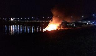Pożar barki przy Moście Łazienkowskim. Straszyła od zimy