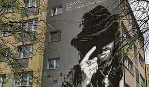 Tychy. Mural ozdobi jeden z bloków, hołd dla Ryśka Riedla