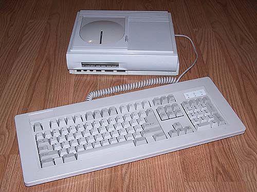 Atari Falcon MicroBox z zewnętrzną klawiaturą. U góry charakterystyczne wybrzuszenie uznawane przez niektórych jako podstawka do monitora, przez innych jako klapka napędu CD.