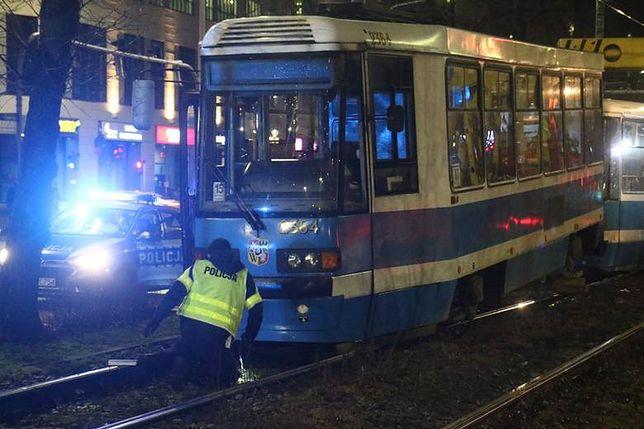 31-letnia kobieta wpadła pod tramwaj przy Sky Tower, jej stan jest ciężki.