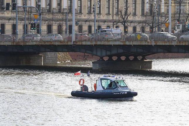 Akcja ratunkowa pomiędzy mostem Pomorskim a Uniwersyteckim. Trwa poszukiwanie mężczyzny, który wskoczył do Odry.