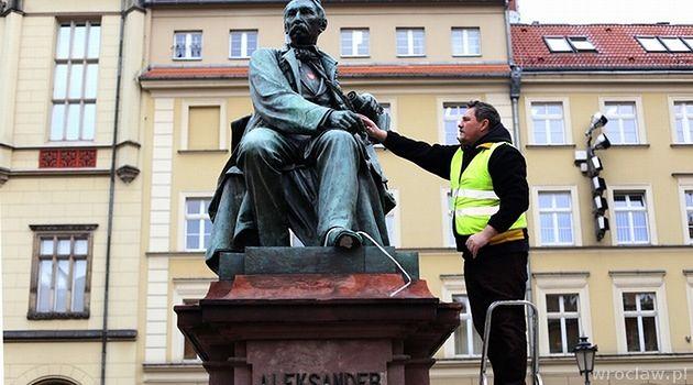 Ze środy na czwartek okradziono 2 słynne wrocławskie pomniki - Aleksandra Fredry i Szermierza. Złodzieje są już w rękach policji.