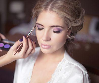 Liliowy eyeliner lub cień do powiek cieszą się dużą popularnością.