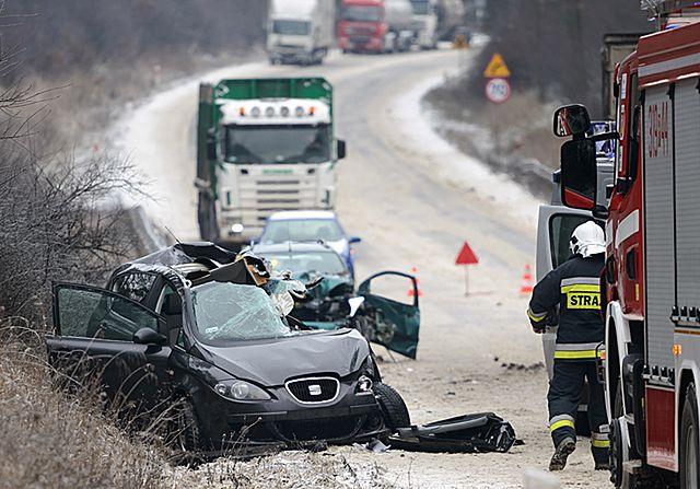 Tragedia na drodze. TIR staranował osobówki - zdjęcia
