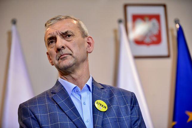 """Szef ZNP Sławomir Broniarz w nieprzemyślanym przypływie szczerości nie odbycie się matur nazwał """"bronią ostateczną""""."""