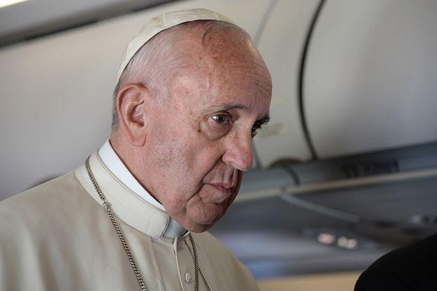 Papież Franciszek podczas rozmowy z dziennikarzami w czasie powrotu z wyspy Lesbos