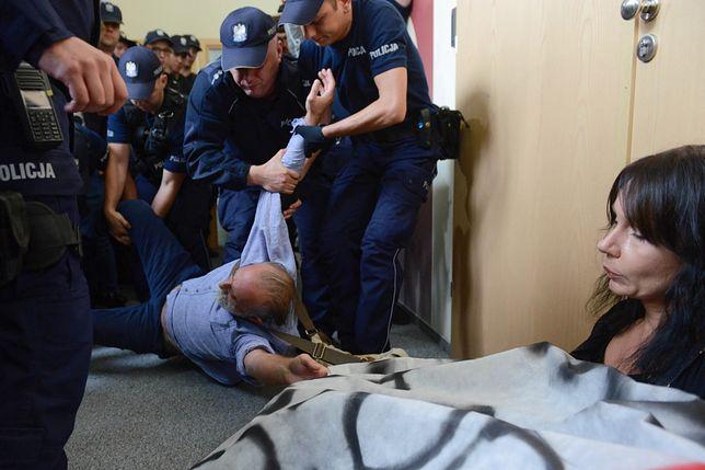 """Policja siłą usunęła manifestujących sprzed KRS. """"Macie trzy minuty"""""""