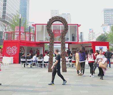 W centrum Chengdu stanęło stoisko promujące polskie jabłka, miody i zboża