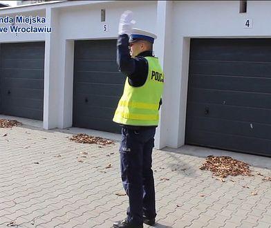Co oznaczają gesty policjanta, który kieruje ruchem?
