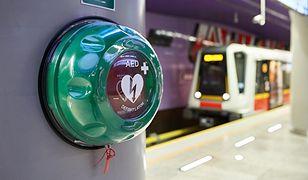 Na każdej stacji metra warszawskiego znajduje się co najmniej jedno takie urządzenie