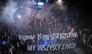Warszawa. Uczestnicy marszu, zorganizowanego przez Stowarzyszenie Marsz Niepodległości, idą ulicami Warszawy, 11 listopada 2018 r.