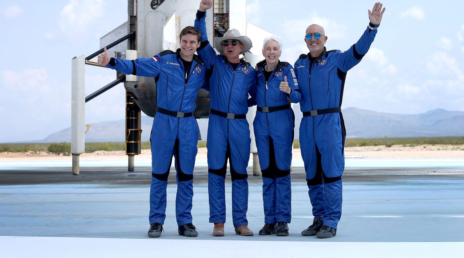Miliarder Jeff Bezos, założyciel Amazona (drugi od lewej, w kapeluszu) przed pierwszym startem sfinansowanego przerz siebie lotu w kosmos