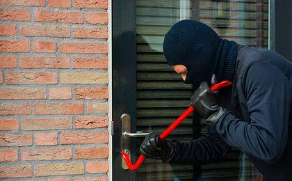 W czasie świąt złodzieje się bogacą. Jak zabezpieczyć dom na wypadek włamania?