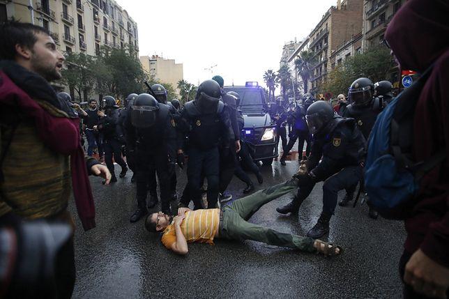 Przepychanki z policją przed lokalem wyborczym w Barcelonie