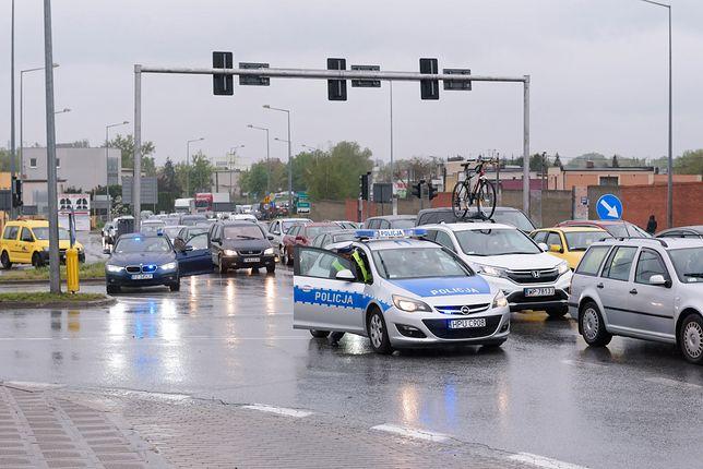 """""""Świadkowie"""", którzy szkodzą zamiast pomóc. Policja: zdjęcia i filmy to plaga w miejscu wypadku"""