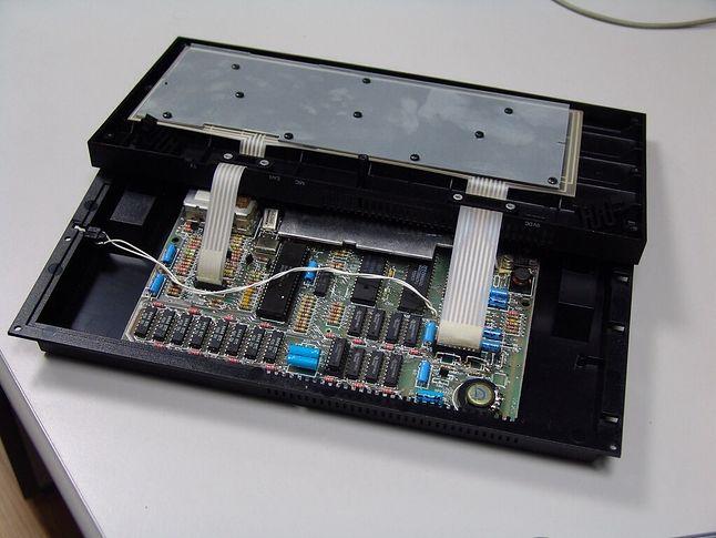 Przewód od przycisku reset na lewej krawędzi obudowy, prowadził bezpośrednio do odpowiednich nóżek procesora.