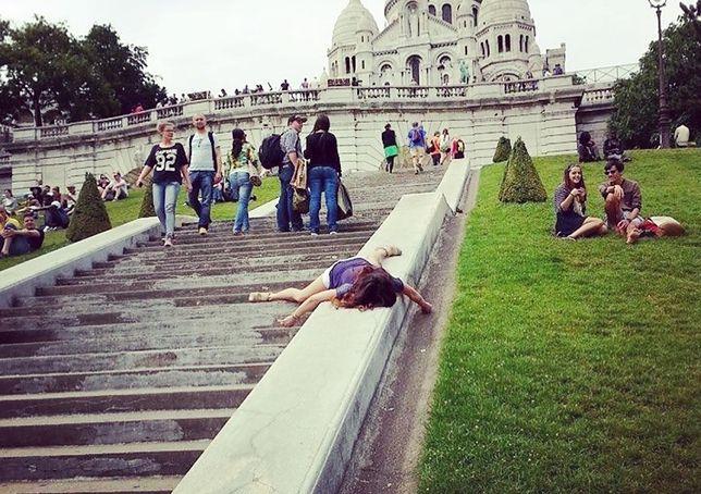 """Stef """"umiera"""". Podróżniczka wyśmiewa fotki z wakacji"""
