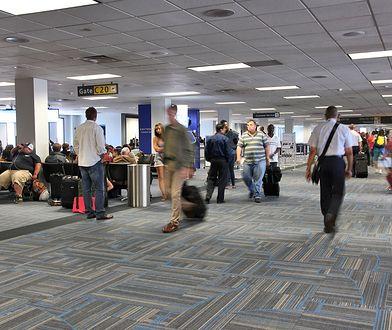 Ojciec ciągnął córkę przez lotnisko. Ten filmik podbił Internet