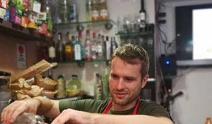 Kamil Ostrowski jest właścicielem restauracji Polka Bar. Często można go spotkać za barem