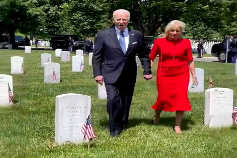 Polak z synem stał na cmentarzu. Nagle podszedł do niego Joe Biden
