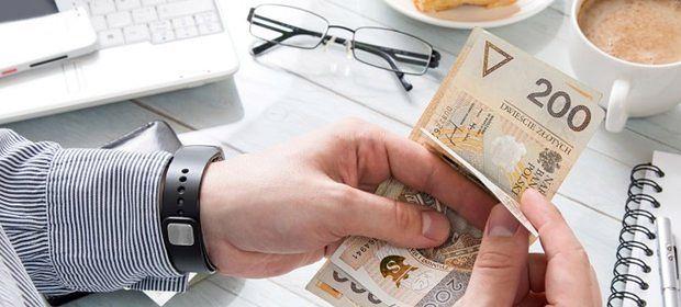 Polacy pożyczają miliardy złotych. Coraz częściej poza bankami